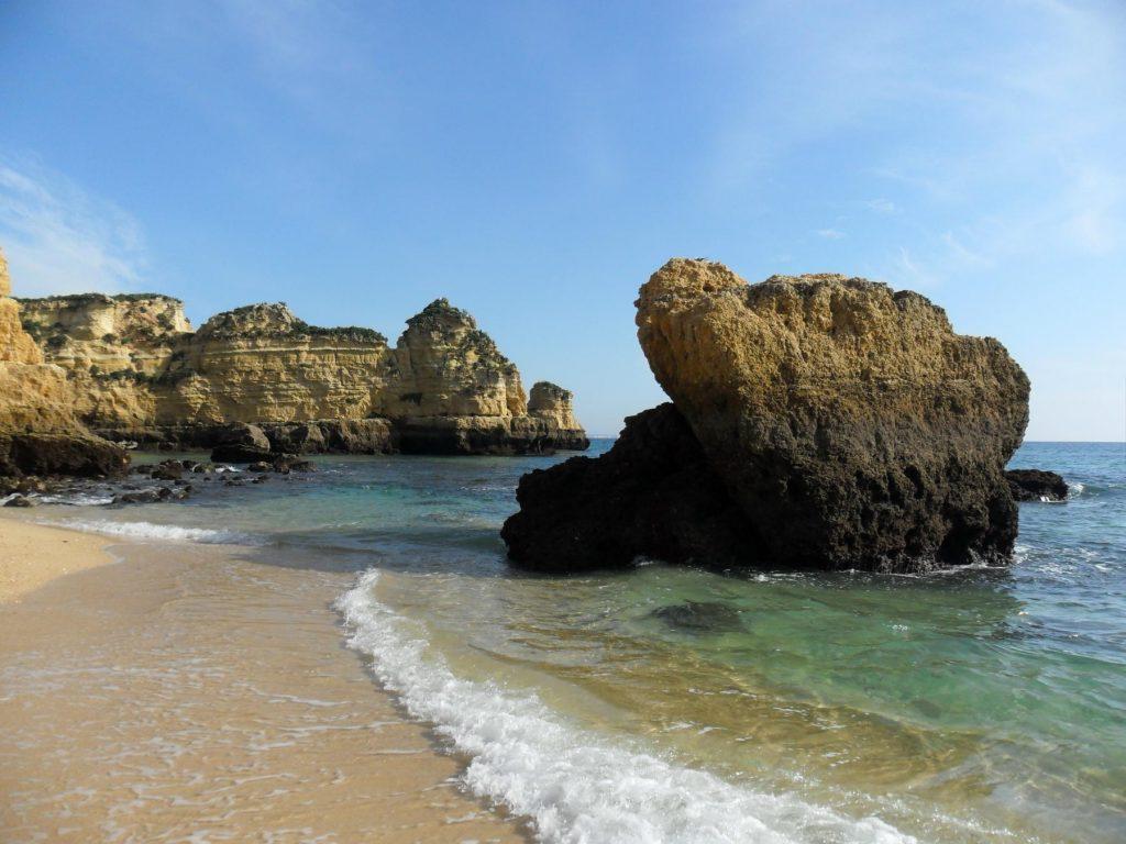 Felsen am Strand Praia Dona Ana in Lagos an der Algarve