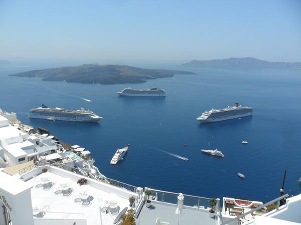 Kreuzfahrtschiffe vor Fira - Santorini