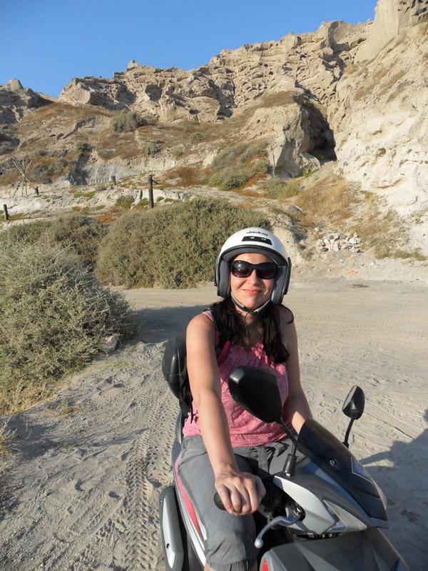 Mit dem Roller am Eros Beach - Santorini