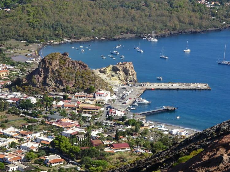 Blick auf Hafen - Vulcano
