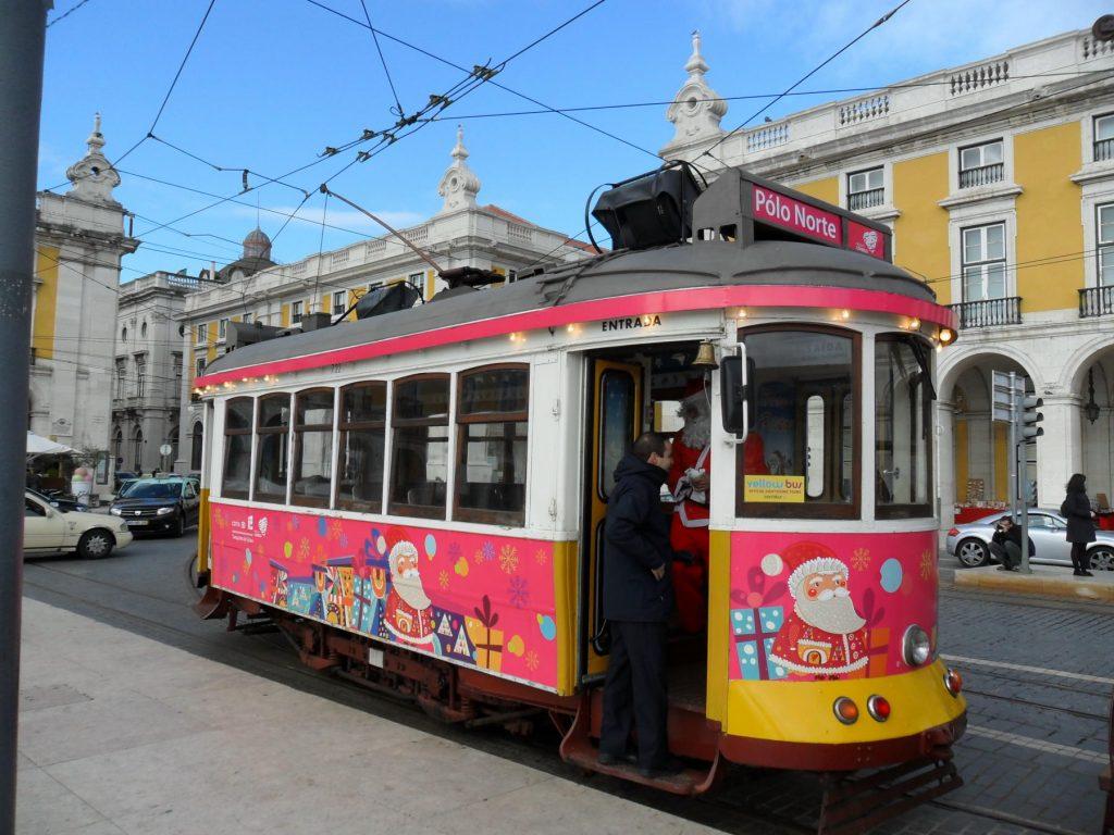 Tram vor Weihnachten in Lissabon