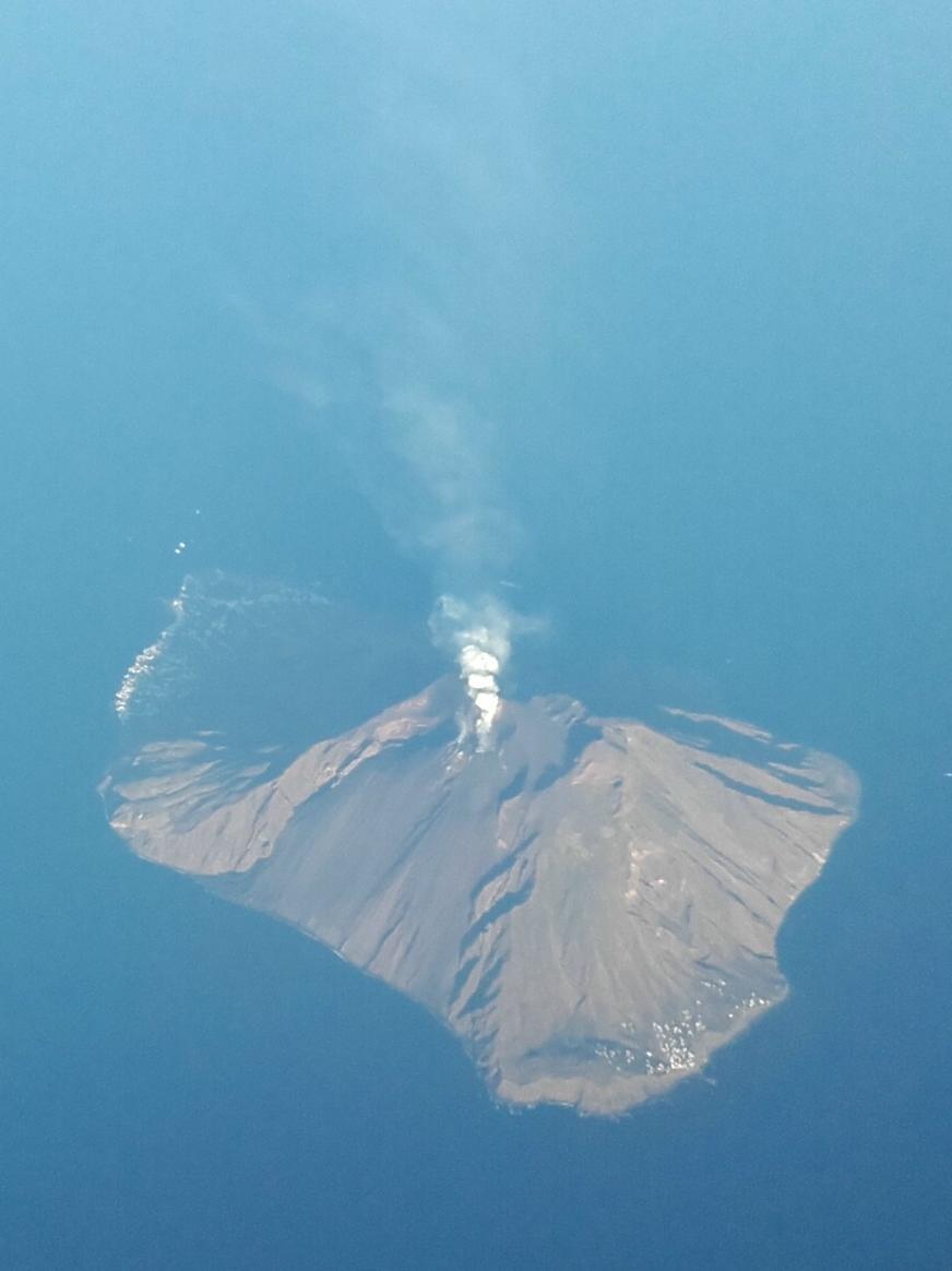 Vulkan Stromboli von oben aus dem Flieger