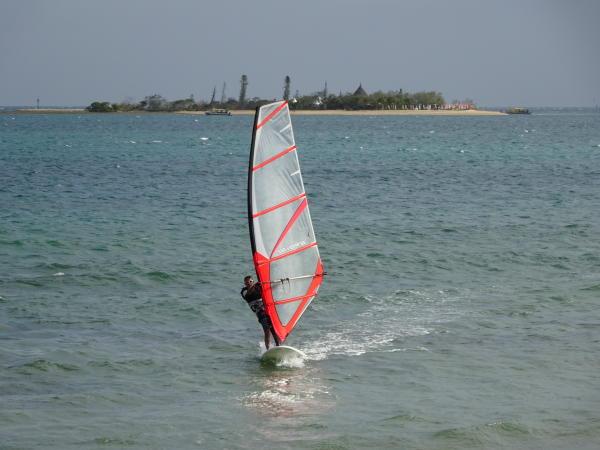 Surfer - Plage de l'Anse Vata mit Blick auf Île aux Canards - Nouméa