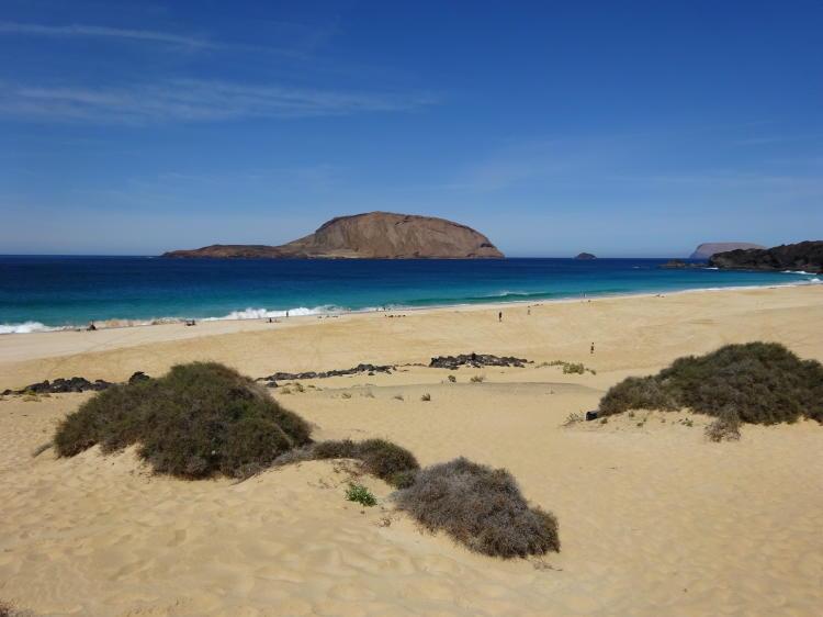 Playa de las Conchas mit Blick zur Felseninsel Montaña Clara