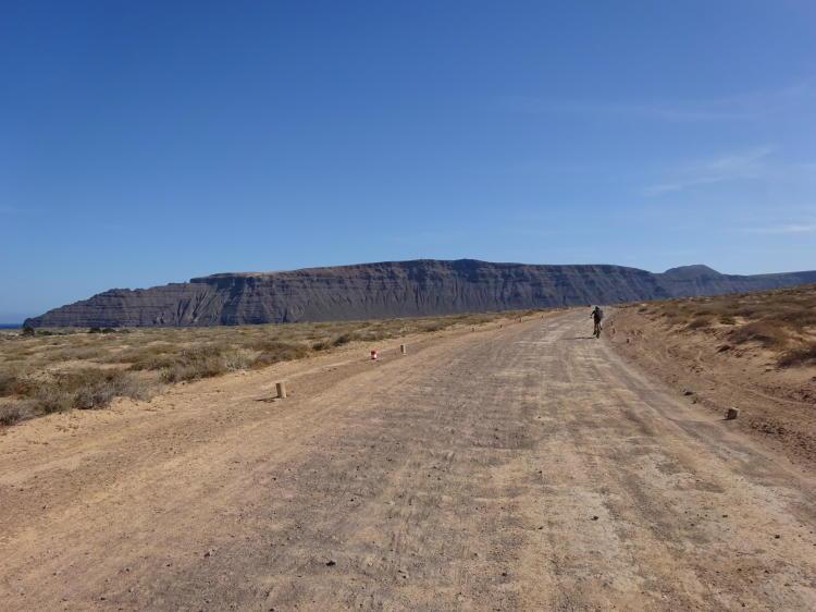 Rückweg mit Blick auf Bergmassiv Risco de Famara