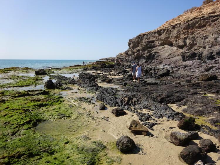 Strandwanderung mit Felsen