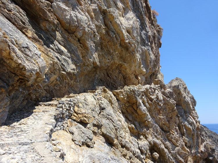 Es geht am Fels entlang