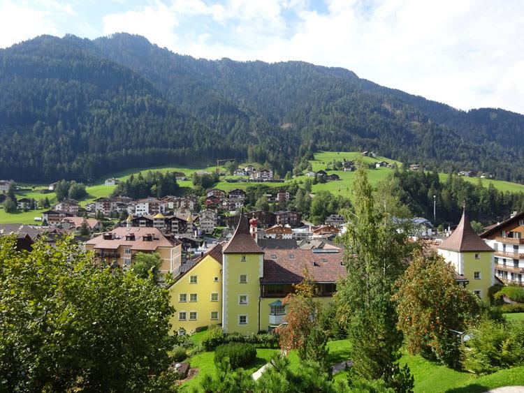 Blick von Luis-Trenker-Promenade über St. Ulrich